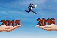 A mulher que salta com a diferença com números 2016 Imagem de Stock