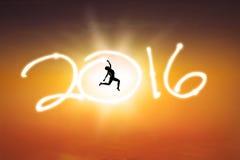 A mulher que salta com números 2016 no ar Foto de Stock