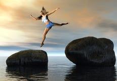 A mulher que salta entre rochas Fotografia de Stock Royalty Free