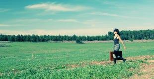 A mulher que salta no campo Foto de Stock