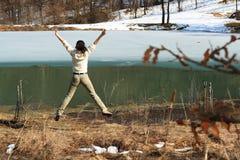 A mulher que salta para a alegria fotografia de stock royalty free