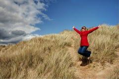 A mulher que salta para a alegria Imagens de Stock Royalty Free