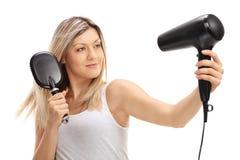 Mulher que seca seu cabelo imagens de stock