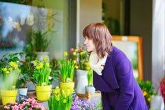 Mulher que seleciona flores no mercado parisiense Fotografia de Stock Royalty Free