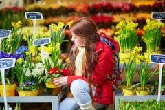 Mulher que seleciona flores no mercado parisiense Fotos de Stock