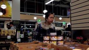Mulher que seleciona a morango na mercearia filme