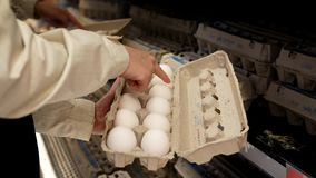 Mulher que seleciona o ovo no departamento do produto da mercearia filme