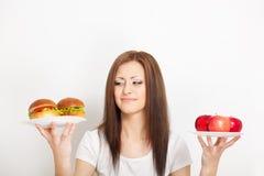 Mulher que senta-se atr?s da tabela com alimento foto de stock royalty free