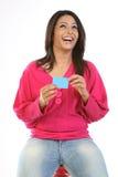 Mulher que senta-se com cartão de crédito imagens de stock royalty free