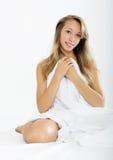 Mulher que senta-se com folha branca Foto de Stock Royalty Free