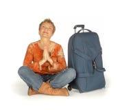 Mulher que senta-se com a mala de viagem no branco Fotografia de Stock Royalty Free