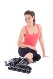 Mulher que senta-se com os rolos nos pés Imagens de Stock