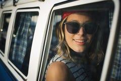 Mulher que senta-se em Front Seat do curso da viagem por estrada do carro Fotos de Stock Royalty Free