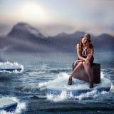Mulher que senta-se em sua mala de viagem Fotos de Stock Royalty Free