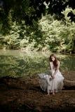 Mulher que senta-se em um registro, deprimido Imagem de Stock Royalty Free