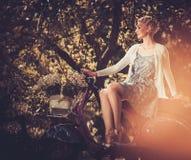 Mulher que senta-se em um rolo retro Imagem de Stock Royalty Free