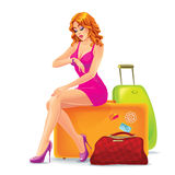 Mulher que senta-se em uma mala de viagem e em uma espera Fotos de Stock Royalty Free