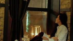 Mulher que senta-se em uma soleira filme