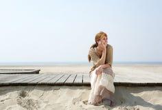Mulher que senta-se fora apreciando o verão Foto de Stock Royalty Free