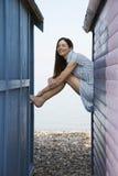 Mulher que senta-se na balaustrada da casa de praia fotos de stock royalty free