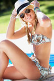 Mulher que senta-se na borda de nadar na associação Imagem de Stock Royalty Free