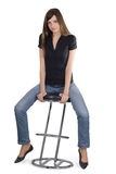 Mulher que senta-se na cadeira Fotos de Stock Royalty Free
