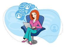 Mulher que senta-se na cadeira que trabalha no caderno Fotografia de Stock