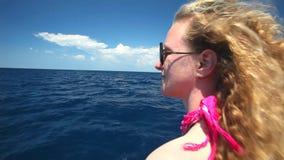 Mulher que senta-se na curva do barco de navigação que aprecia a vista do mar video estoque