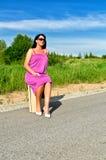 Mulher que senta-se na mala de viagem Imagem de Stock