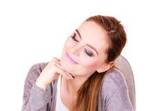 Mulher que senta-se na mesa no escritório e no sonho Foto de Stock Royalty Free