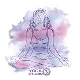 Mulher que senta-se na pose da ioga dos lótus Fotografia de Stock Royalty Free