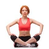 Mulher que senta-se na pose dos lótus Fotos de Stock
