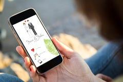 mulher que senta-se na rua que guarda seu smartphone com casamento foto de stock royalty free