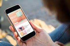 mulher que senta-se na rua que guarda seu smartphone com creativi fotos de stock