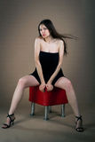 Mulher que senta-se no banquette fotografia de stock royalty free