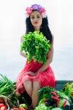 Mulher que senta-se no barco com salsa à disposição Fotografia de Stock