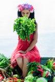 Mulher que senta-se no barco com salsa Imagens de Stock Royalty Free
