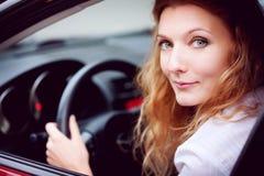Mulher que senta-se no carro imagens de stock royalty free