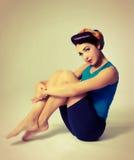 A mulher que senta-se no esporte veste-se no estilo retro Foto de Stock Royalty Free