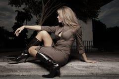 Mulher que senta-se no freio Foto de Stock