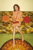 Mulher que senta-se no sofá. fotografia de stock royalty free