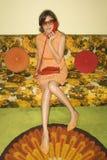Mulher que senta-se no sofá. foto de stock royalty free