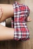 Mulher que senta-se no toalete na manhã Imagem de Stock Royalty Free