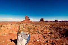 A mulher que senta-se no vale do monumento com vermelho balança a vista geral Foto de Stock Royalty Free