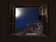 Mulher que senta-se no windowsill na noite fotografia de stock royalty free