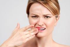 Mulher que sente a dor de dente forte Fotografia de Stock