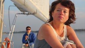 Mulher que sente triste após uma luta com sócio, vela, turismo video estoque