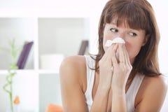 Mulher que sneezing Fotografia de Stock