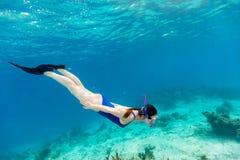 Mulher que snorkeling Fotos de Stock