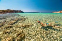 Mulher que snorkeling na água tropical Fotografia de Stock